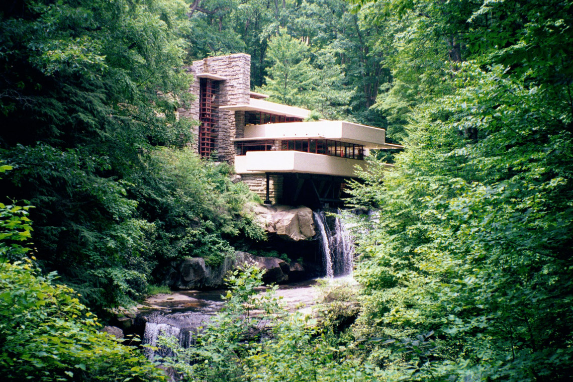 Fallingwater pictures classic view from path near lookout for Architecture organique